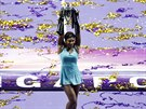 Serena Williamsov� hrd� p�zuje s trofej� pro v�t�zku Turnaje mistry�.