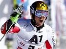 Marcel Hirscher slaví první místo v obřím slalomu v Söldenu.