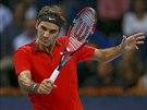 RETURN. Roger Federer během finále turnaje v Basileji