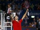 Roger Federer zvedá ruce k nebi na znamení triumfu - právě ovládl turnaj v...