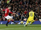 Robin van Persie z Manchesteru United zkou�� p�ekonat g�lmana Chelsea Thibauta...