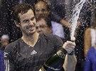 ŠAMPAŇSKÉ NA OSLAVU. Andy Murray slaví triumf na turnaji ve Valencii.