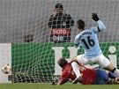 PRVNÍ GÓL ZÁPASU. Sergio Agüero z Manchesteru City skóruje proti CSKA Moskva.