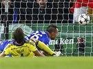 ZÁSAH KAPITÁNA. John Terry z Chelsea posílá míč do sítě Mariboru.