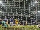 PRVNÍ GÓL UTKÁNÍ. Ralf Fährmann, gólman Schalke, inkasuje od Naniho ze