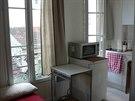 Bydlení na 10 metrech čtverečních. V bytě se našlo místo i na pracovní stolek,...