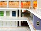 Malá dvorana. P�t pater výstavních prostor je ohrani�eno zaobleným bílým...