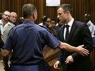 Justiční stráž odvádí Pistoriuse do cely poté, co si vyslechl výši trestu (21....
