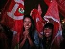 Příznivci Dilmy Rousseffové oslavují poté, co byly zveřejněny první odhady...