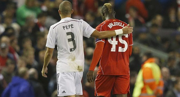 TO NIC, KÁMO. Stoper Realu Madrid Pepe jakoby ut�oval Maria Balotelliho. A...