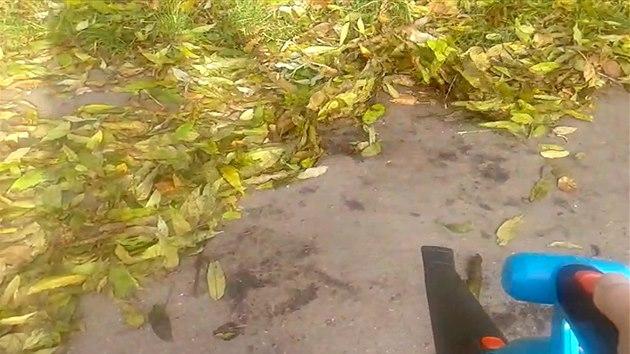 Jak se pracuje s akumulátorovým fouka�em listí.
