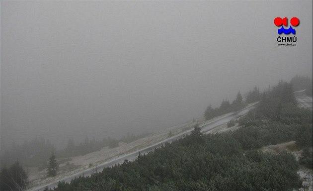 Sníh padal také v okolí krkono�ské Lu�ní boudy.