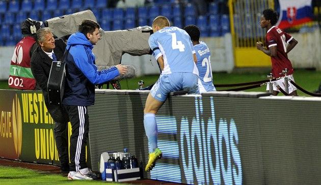 Trenér Slovanu Bratislava Jozef Chovanec (vlevo), obránce �iko�, úto�ník Soumah...