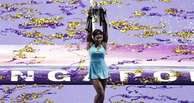 Serena Williamsová hrd� pózuje s trofejí pro vít�zku Turnaje mistry�.