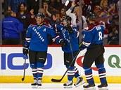 Z gólu se radují hokejisté Colorada. Zleva: Jarome Iginla, Matt Duchene a Jan...