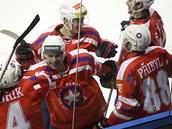 T�ebí�tí hokejisté se radují z gólu.