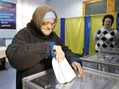 �ena, která p�i�kla jako jedna z prvních volit v ukrajinském Slavjansku.