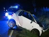 Vozidlo Smart skon�ilo v p��kop�, pos�dka od nehody utekla.