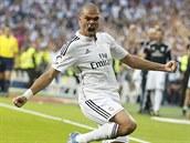 JE TO TAM! Pepé, obránce Realu Madrid, se raduje z gólu, který vst�elil...