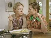 Nastydlá Linda s Katkou ochutnávají slepici.