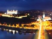 Dunaj, hrad, noc... A pod hradem a nad Dunajem plno p�iv�tivých podnik�. To�...