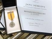 Filmový režisér Jan Němec přinesl ve středu odpoledne na Pražský hrad Medaili...