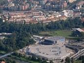 Letecký pohled na obchodní centrum Frýda (dole), halu Polárka (nad Frýdou) a...