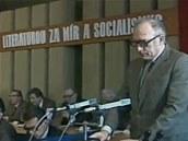Ze sjezdu normaliza�ního Svazu �eských spisovatel� (u mikrofonu Jan Kozák)
