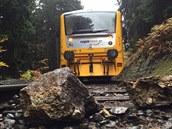 Osobní vlak zastavilo u Nové Role na Karlovarsku kamení. Sesulo se kv�li...