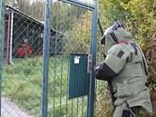 Pyrotechnici ve speciálních oblecích prozkoumávají areál muni�ního skladu ve...