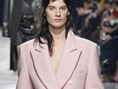 Světle růžový kabát Christopher Kane, kolekce podzim - zima 2014/2015