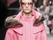 Pastelově růžový kabát s kožešinou Fendi, kolekce podzim - zima 2014/2015
