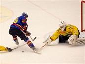 �eskobud�jovický hokejista Tomá� Nouza (v modrém) neúsp�n� úto�í na �umperskou...