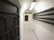 Náv�t�vníci v krytu spat�í mohutné zdivo zpevn�né �elezobetonem, vzduchové...