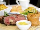 Stará dobrá Anglie. Pe�ené maso a Yorkshirský puding p�i oblíbeném roastu v...