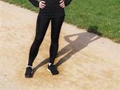 Kalhoty díky střihu a délce skvěle sedí i malé postavě