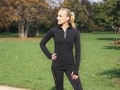 Teplému tričku na zip nechybí reflexní prvky a návleky na ruce.
