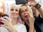 Zp�va�ky Linda Finková a Martina Pártlová se nechaly na veletrhu kosmetiky...