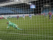 VYROVNÁNÍ. Bebras Natcho z CSKA Moskva překonává Joea Harta, gólmana