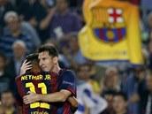 STŘELCI BARCELONY. Neymar a Messi (čelem) oslavují gól proti Ajaxu Amsterdam.
