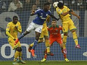 GÓLOVÁ HLAVIČKA. Dennis Aogo ze Schalke (v modrém) se trefuje do sítě Sportingu