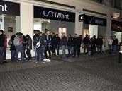 Fronta na iPhone 6 p�ed pra�skou prodejnou iWant na M�stku