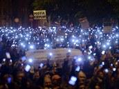 Tisíce demonstrant� dr�í mobilní telefony na protest proti plánované...