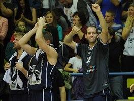 D���n�t� basketbalist� oslavuj� v�hru. Uprost�ed se cul� Jakub Hou�ka.