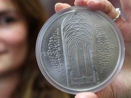 Mince s motivem brněnské katedrály svatého Petra a Pavla váží půl kilogramu,...