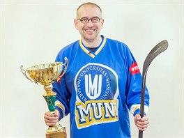 Rektor MU Mikuláš Bek podpořil svůj tým. Oblékl se do dresu a zapózoval s...