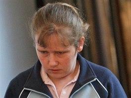 Justiční stráž přivádí Kateřinu Vaštíkovou, obžalovanou z vraždy novorozence....
