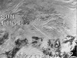 """Snímky z Nimbus 1 už byly využity k rekonstrukci rozsahu arktického ledu v 60. letech. Byl trochu větší než dnes, což není až tak překvapivé, protože Arktida v té době byla také o něco chladnější. Větší záhadou jsou """"díry"""" v ledu (černé oblasti na snímku vlevo), které dnes v arktickém ledovém krunýři nevídáme (pro srovnání snímek vpravo. Jde o záběr zahrnující podstatně větší oblast, tak na fotografii vlevo Grónsko nehledejte.)"""