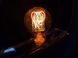 Replika historické žárovky Philips s uhlíkovým vláknem. Při příkonu 60W svítí...