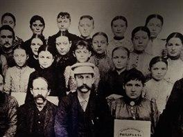 Výřez z fotografie prvních zaměstnanců Philipsu. Velký počet mladých dívek měl...